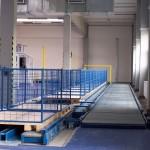 dopravník s prázdnými paletami ve výrobě